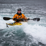 Hans Petter Dahlslett utfordrer seg i straumpadling Hestfjorden